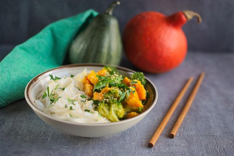 Makaron ryżowy z dynią i szpinakiem