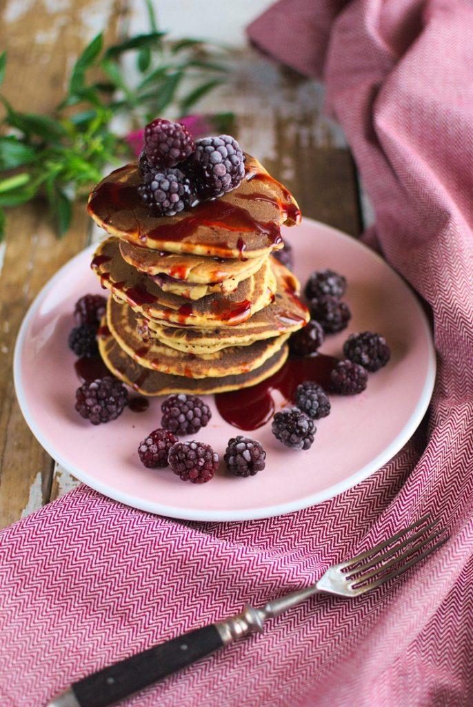 Jaglane pancakes z jeżynami