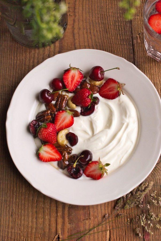 jogurt-grecki-686x1024 Jogurt grecki z orzechami w karmelu i truskawkami