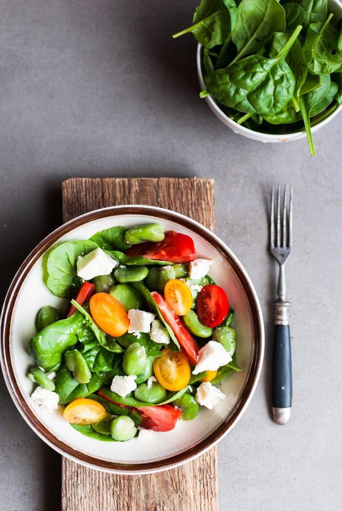 Letnia sałatka z bobem i pomidorem malinowym