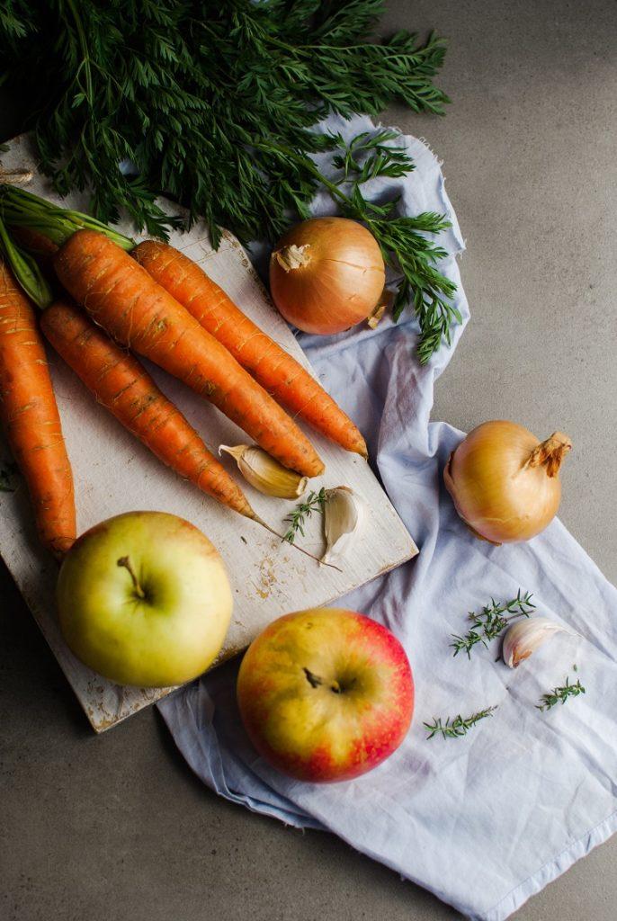 warzywa-686x1024 Zupa krem z młodej marchewki z tymiankiem i jabłkiem