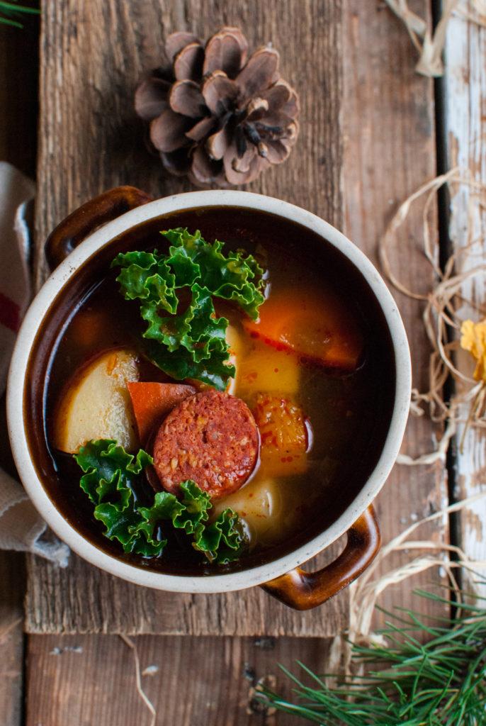 DSC_2087-686x1024 Rozgrzewająca zupa z jarmużem, dynią i kiełbasą węgierską