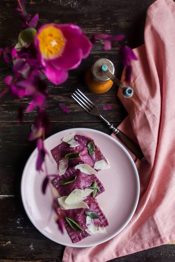 Buraczane ravioli z nadzieniem z ricotty i masłem szałwiowym