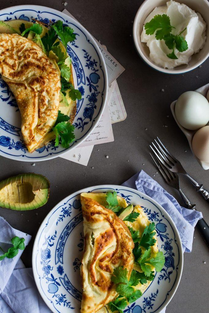 Delikatny omlet z ziołami i awokado