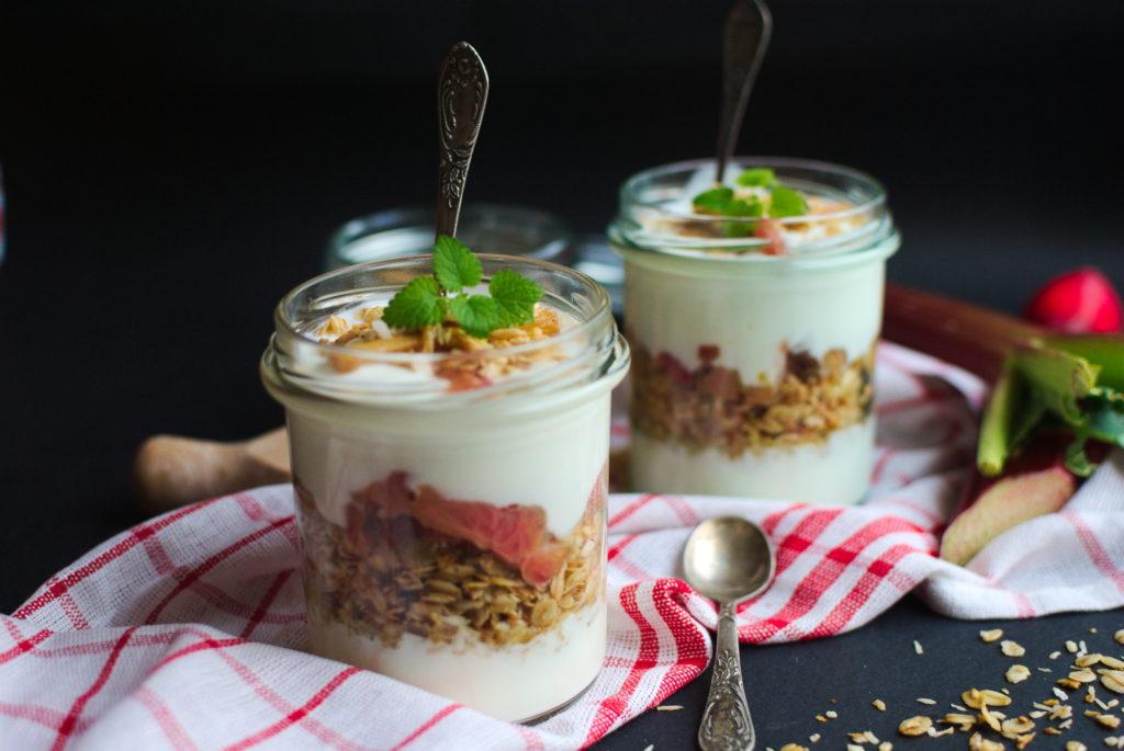 Jogurt z rabarbarem i szybką granolą