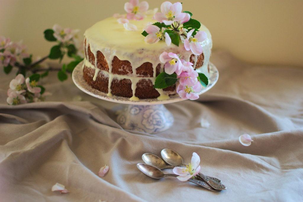 Letnie ciasto z kremem z białej czekolady