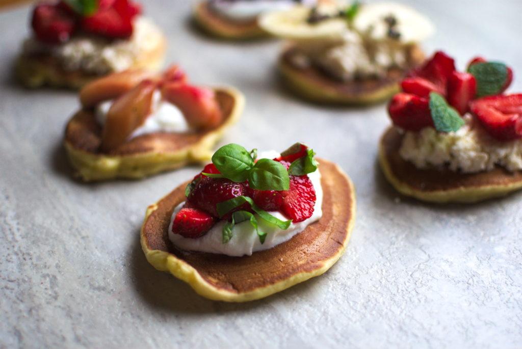 Pancakes-z-truskawkami-1024x685 Szybkie pancakes na 5 sposobów