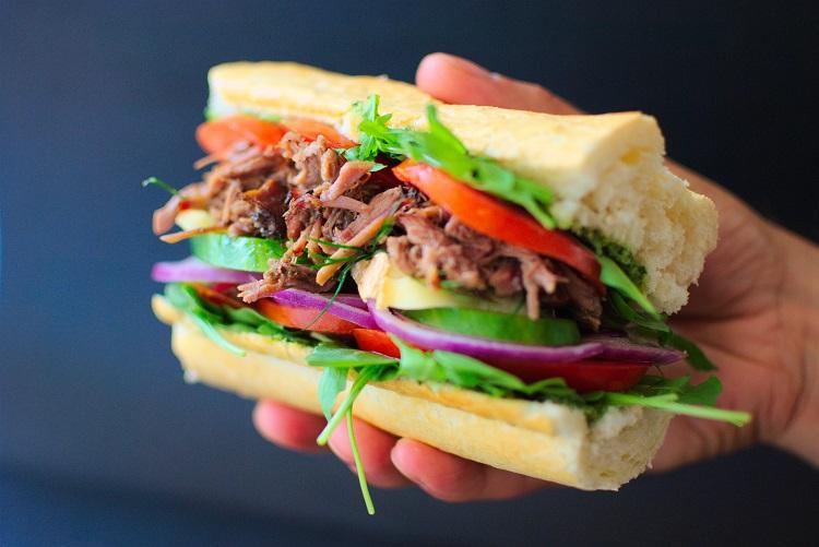 kanapka-z-wyczesaną-wieprzowiną Kanapka z wyczesaną wieprzowiną