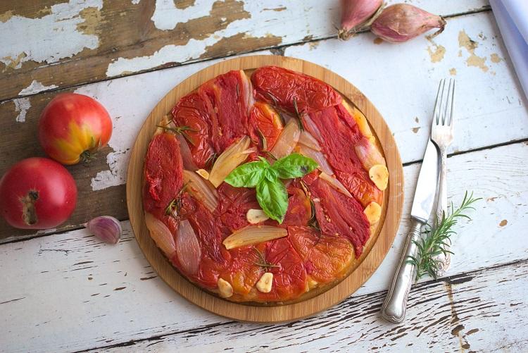Tarta-z-karmelizowanymi-pomidorami