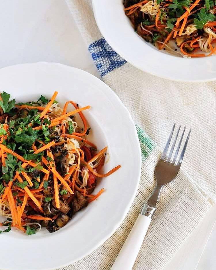Stir - fry z wołowiną, warzywami i makaronem ryżowym