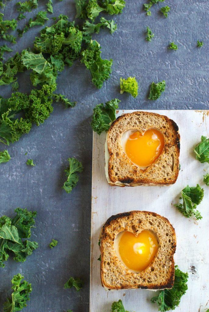 Tosty z jajkiem sadzonym i jarmużem