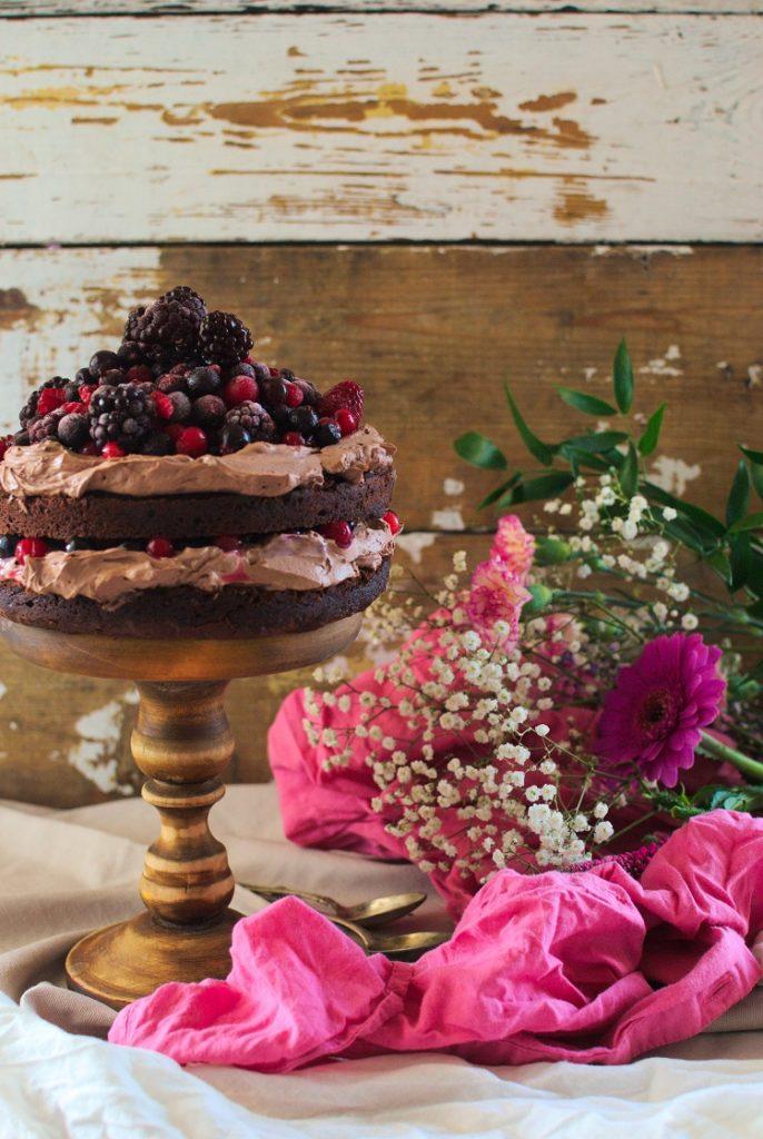 ciasto-czekoladowe-686x1024 Tort czekoladowy z owocami leśnymi
