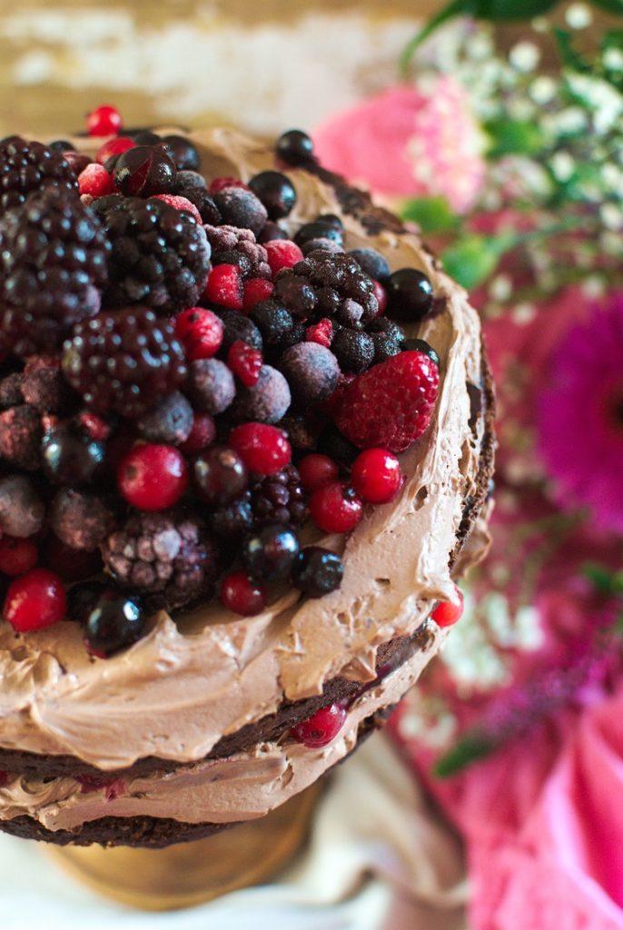 czekoladowy-tort-686x1024 Tort czekoladowy z owocami leśnymi