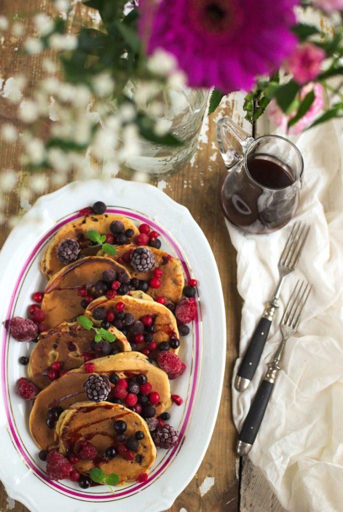 Pancakes na kefirze z owocami leśnymi