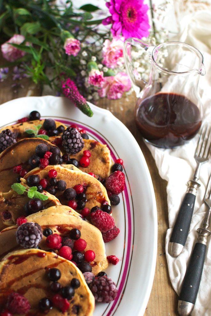 placki-686x1024 Pancakes na kefirze z owocami leśnymi