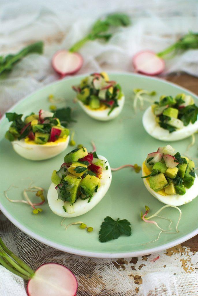 faszerowane-jajka-686x1024 Jajka faszerowane sałatką z awokado