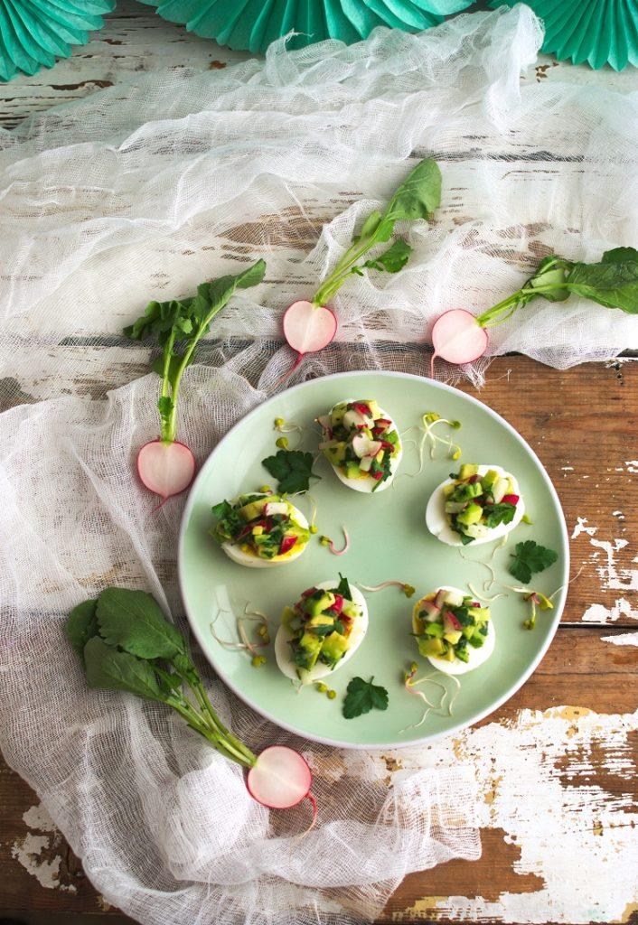 Jajka faszerowane sałatką z awokado