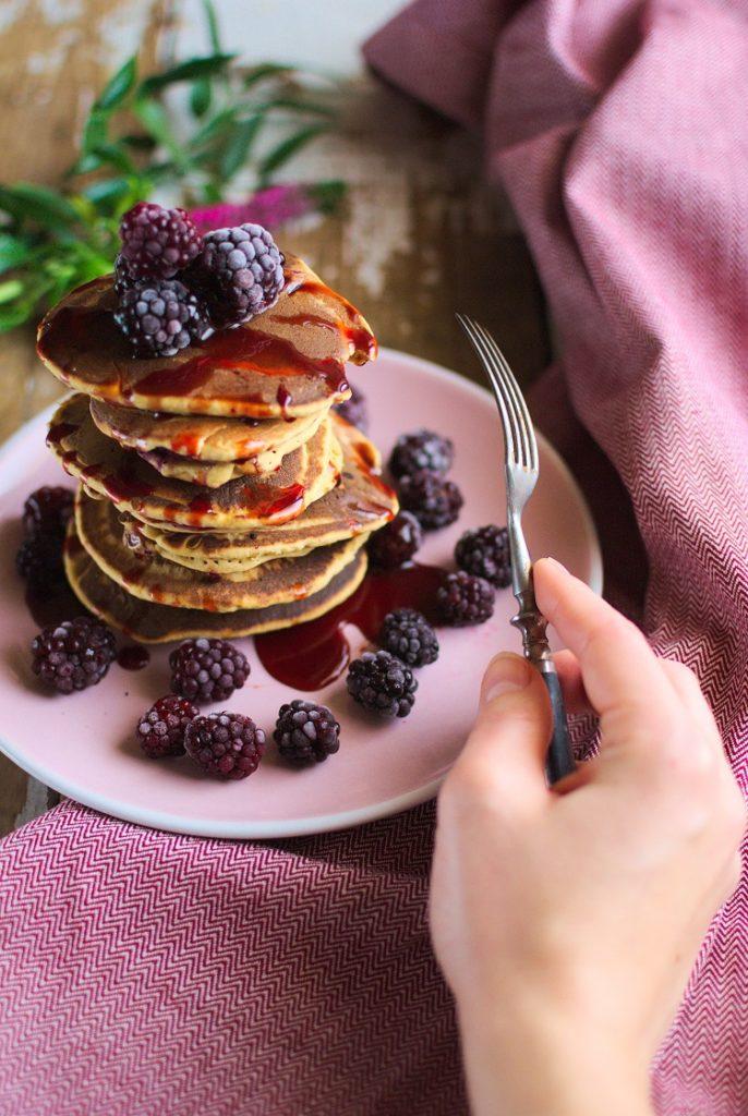 placki-686x1024 Jaglane pancakes z jeżynami