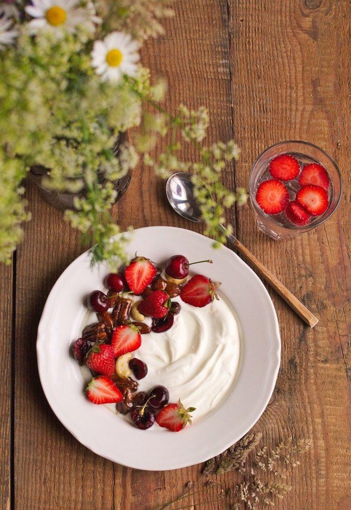 Jogurt grecki z orzechami w karmelu i truskawkami