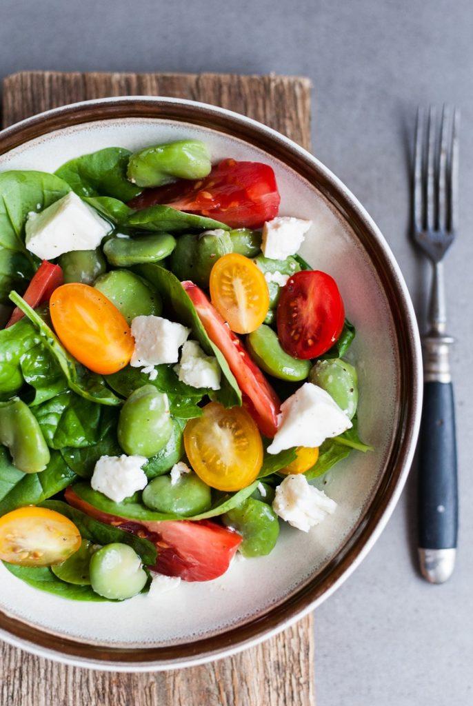 salatka-ze-szpinakiem-686x1024 Letnia sałatka z bobem i pomidorem malinowym