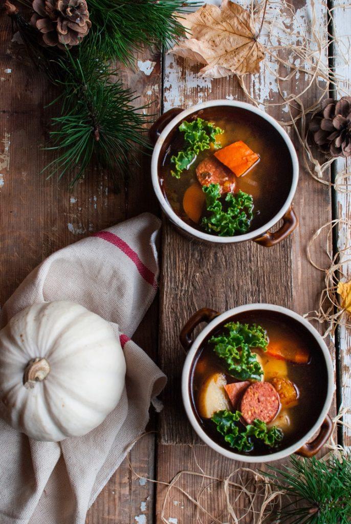 Rozgrzewająca zupa z jarmużem, dynią i kiełbasą węgierską