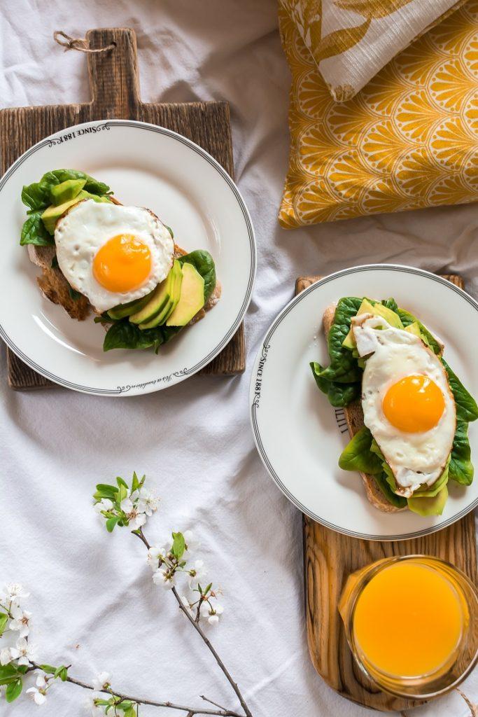 Wiosenne tosty z awokado i jajkiem sadzonym