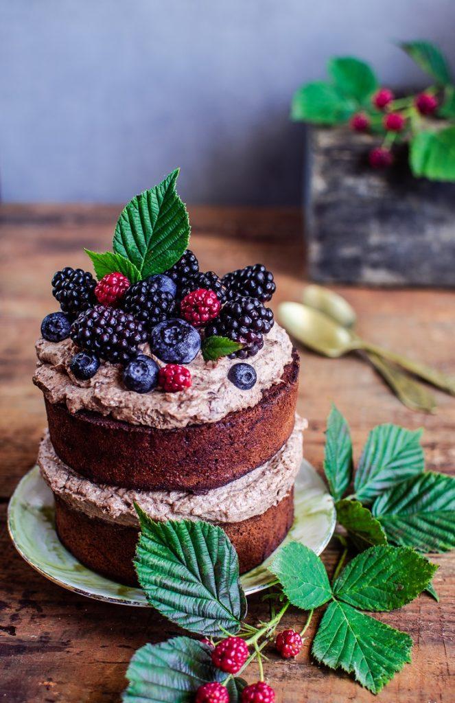 ciasto-czekoladowe-663x1024 Ciasto czekoladowe z kremem i owocami leśnymi