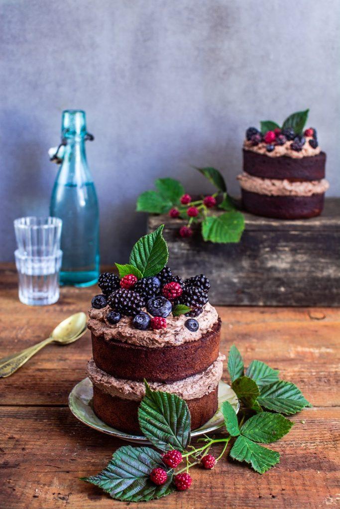 Ciasto czekoladowe z kremem i owocami leśnymi