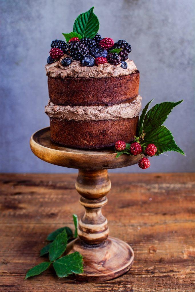 tort-czekoladowy-683x1024 Ciasto czekoladowe z kremem i owocami leśnymi