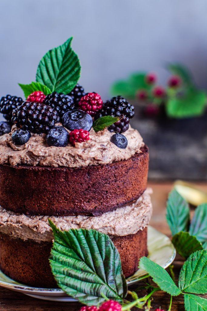 tort-z-jezynami-683x1024 Ciasto czekoladowe z kremem i owocami leśnymi