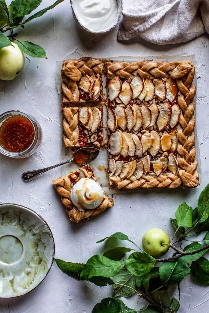 Kruche z jabłkami, orzechami laskowymi i karmelem jabłkowym