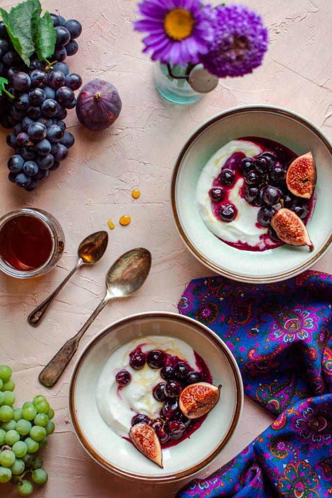 Jogurt grecki ze smażonymi w miodzie winogronami i figami