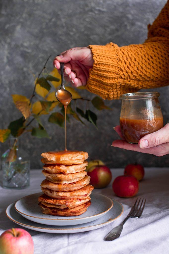 Plastry jabłek smażone w cieście drożdżowym