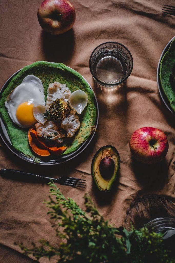 Jarmużowe naleśniki z pieczonymi warzywami