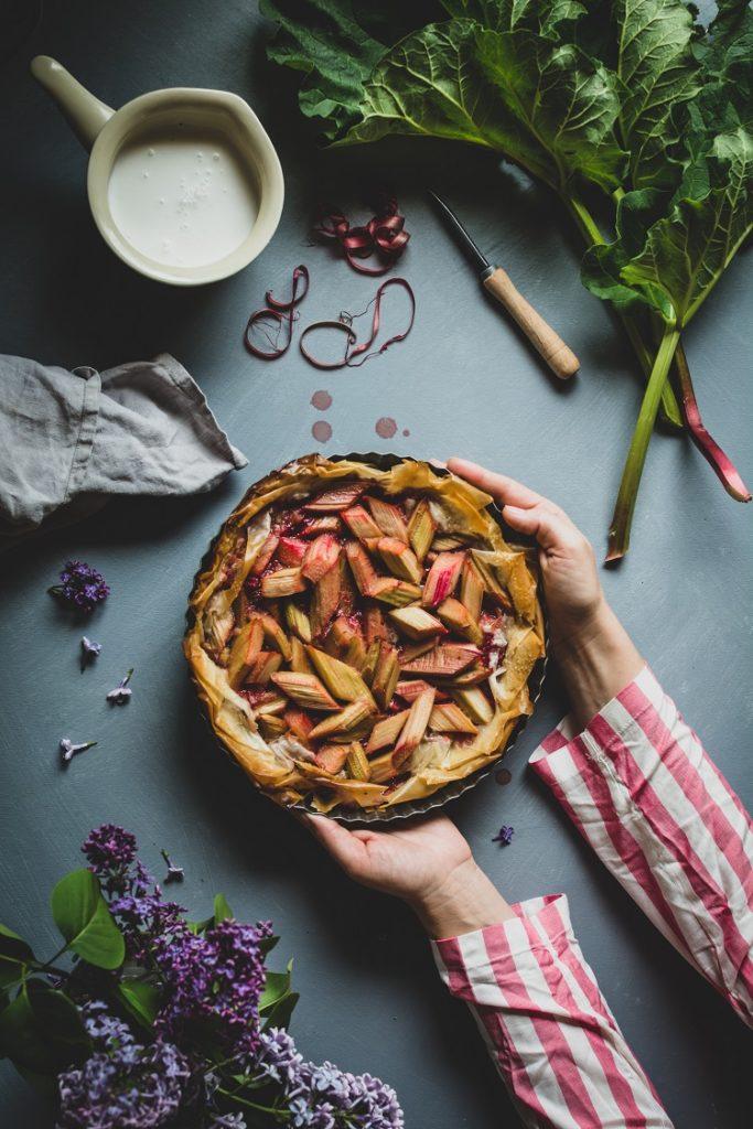 Tarta z ciasta filo z rabarbarem i truskawkami