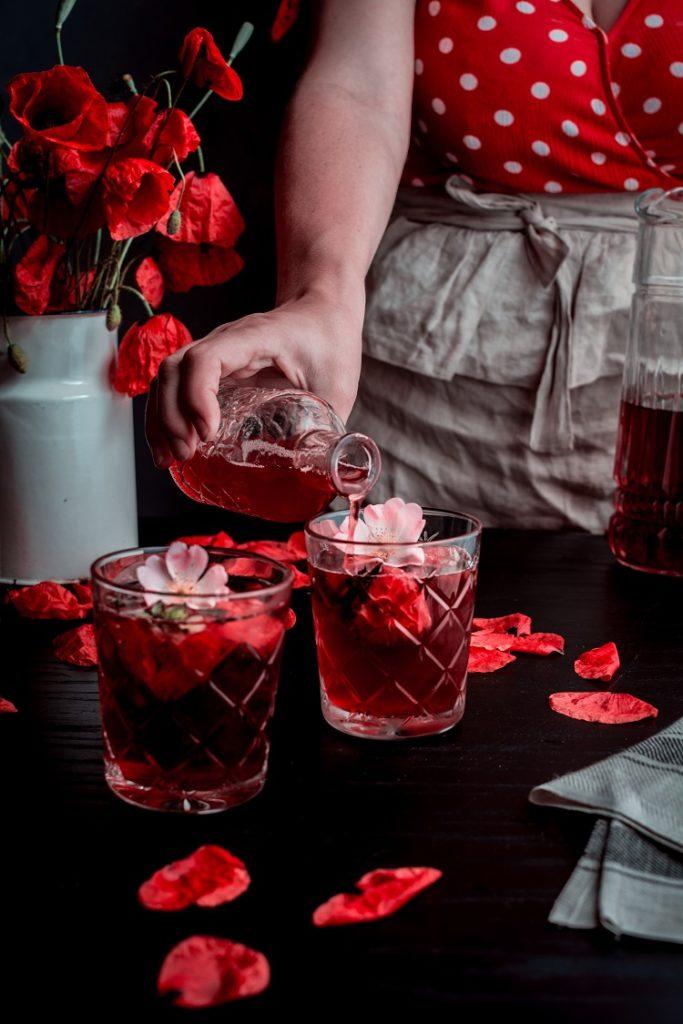 DSC_1800-2-683x1024 Cold brew z hibiskusa i róży z domowym syropem truskawkowym